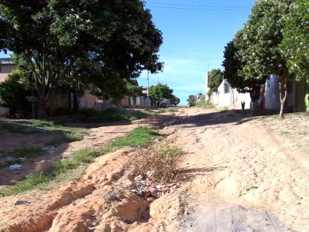 buracos terra Rua Califórnia bairro Santa Rosa Divinópolis MG Vc no G1 (Foto: Arielly Cury/VC no G1)