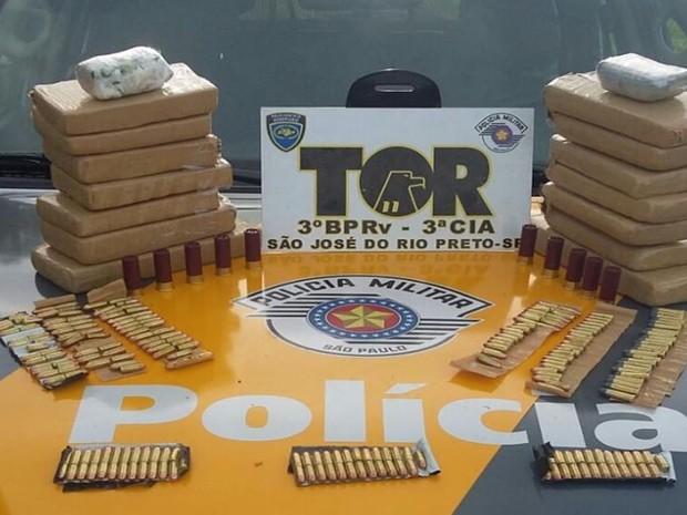 Droga e munições estavam escondidos no bagageiro do veículo. Rio Preto (Foto: Divulgação/ Polícia Rodoviária )