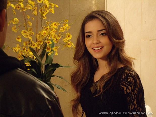 Flaviana finalmente encontra alguém para conversar! (Foto: Malhação / TV Globo)