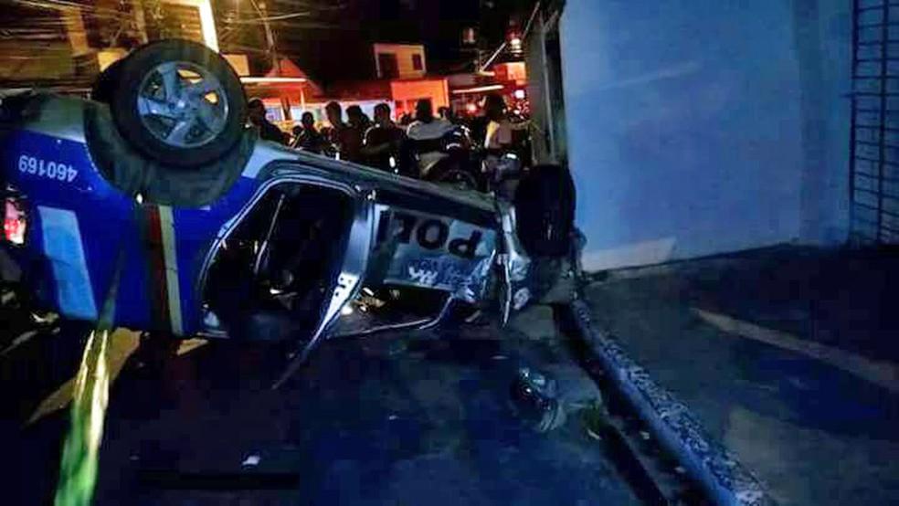 Viatura da Polícia Militar capotou e atingiu quatro pessoas na noite de sábado (8), no Morro da Conceição, Zona Norte do Recife (Foto: Reprodução/WhatsApp)