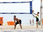 Fernanda Lima e Rodrigo Hilbert jogam vôlei juntos na praia