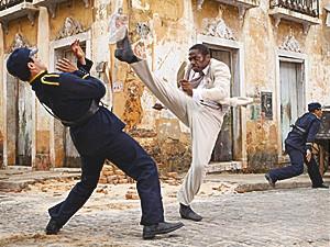 Zé Maria enfrenta os policiais (Foto: Lado a Lado / TV Globo)