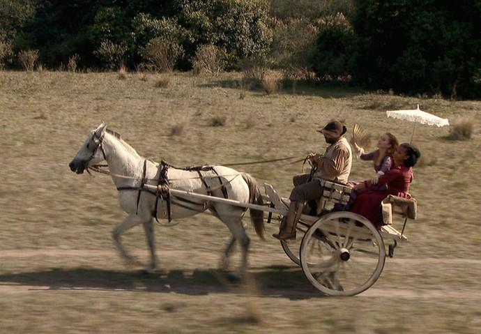 Branca segue Xavier de charrete (Foto: TV Globo)