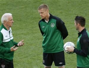 Trapattoni conversa com Duff e Keane durante treino da Irlanda (Foto: AP)