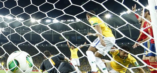 Fred marca o primeiro gol contra a Espanha (Foto: AP Photo/Victor R. Caivano)