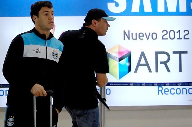 Kleber durante o desembarque do Grêmio no Equador (Foto: Bruno Junqueira/TXT Assessoria)