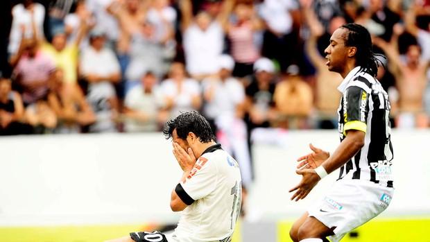 douglas corinthians gol santos série A (Foto: Marcos Ribolli / Globoesporte.com)