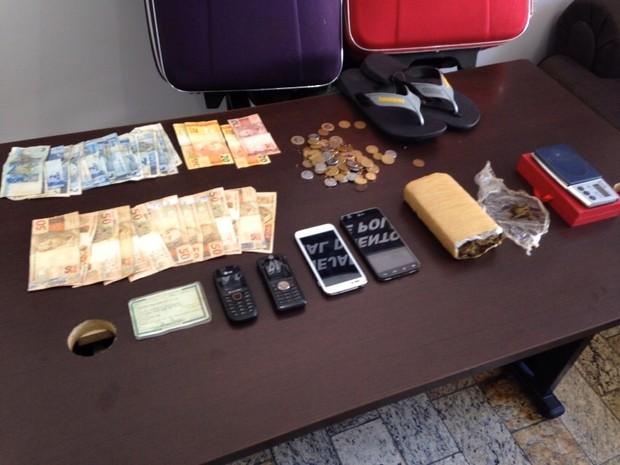 Suspeito conseguiu fugir. Em sua casa a polícia apreendeu maconha, dinheiro, balança e celulares (Foto: Divulgação/PC)