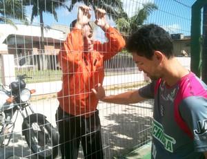 Fernandes conversa com torcedor do Figueirense no CFT do Cambirela (Foto: João Lucas Cardoso / globoesporte.com)