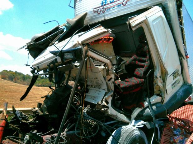 Pelo menos oito veículos de grande porte se envolveram no acidente (Foto: Cláudio Nascimento / TV TEM)