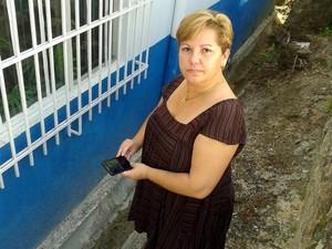Moradora de Águas de São Pedro usa aplicativo 'antidengue' (Foto: Alessandro Meirelles/G1)