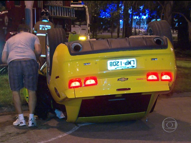 Veículo capotou em curva perto da Vila do Pan (Foto: Reprodução / TV Globo)