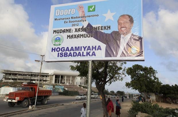 Cartaz da campanha de Hasan Sheij Mohammed é visto neste domingo (9) em Mogadício (Foto: AFP)