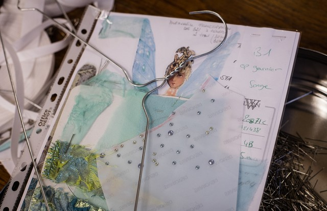 Sketches, swatches and samples - Christian Lacroix's notebook for A Midsummer Night's Dream (Foto: ANN RAY )