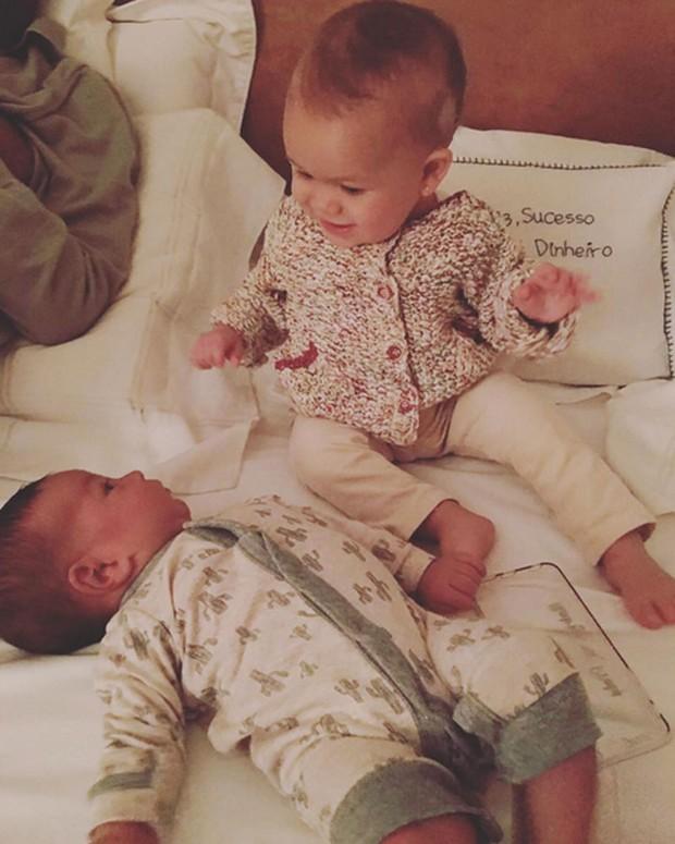 Preta Gil posta foto da neta, Sol de Maria, e de Nino, filho de Bela Gil (Foto: Instagram/ Reprodução)
