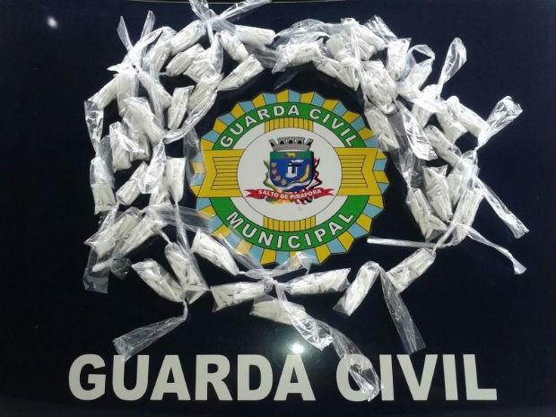 GCM apreende mais de 400 porções de cocaína em Salto de Pirapora