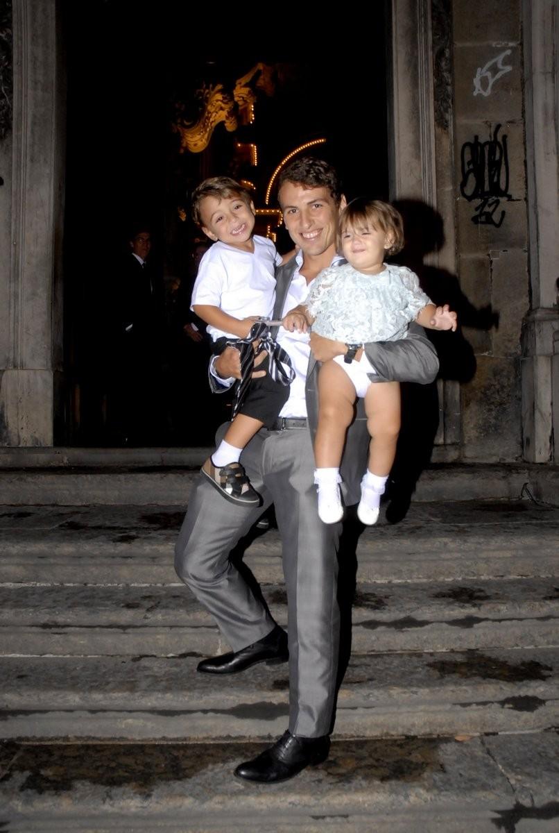 Thiago, filho de Zico, com os netos do ex-jogador Antonio e Alice (Foto: Roberto Valverde/Revista QUEM)