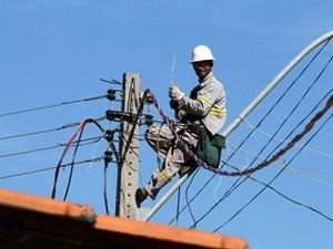 Funcionário da CEB em manutenção de serviço (Foto: André Sousa / Arquivo CEB)
