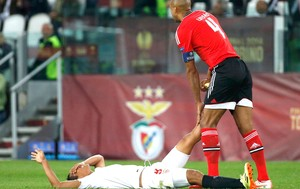 Bacca e Luisao Sevilla e Benfica (Foto: Agência Reuters)