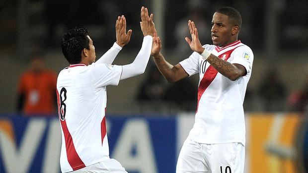 Rinaldo Cruzado e Jefferson Farfan, Peru x Venezuela (Foto: Agência AFP)