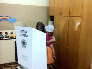 Manuela D´Ávila (PC do B) levou a sobrinha no colo para votar (Foto: Tomás Hammes/G1)