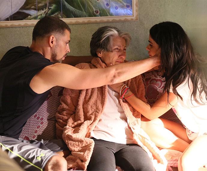 Tóia se desespera com estado crítico de Djanira (Foto: Isabella Pinheiro/Gshow)