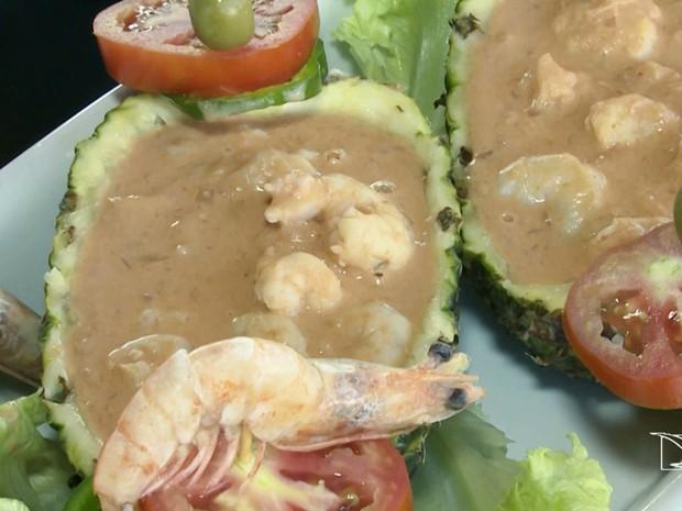 Primeira edição do JMTV ensino como fazer camarão no abacaxi no quadro 'Fica a Dica' (Foto: Reprodução/TV Mirante)