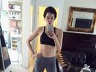 Sophia Abrahão mostra barriguinha em look de top e calça de lycra