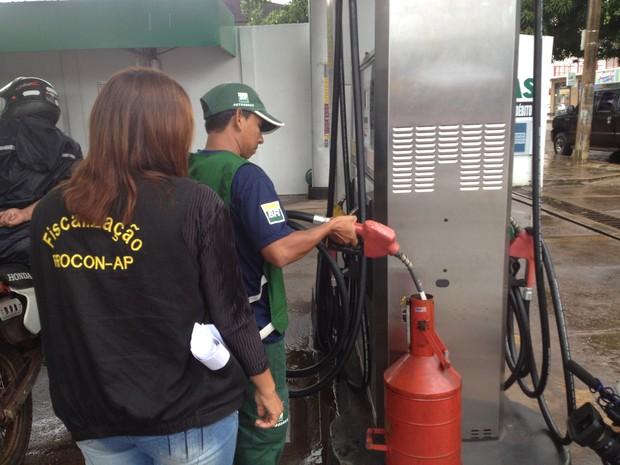 Dois estabelecimentos foram autuados por adulteração na gasolina vendida (Foto: Dyepeson Martins/G1)