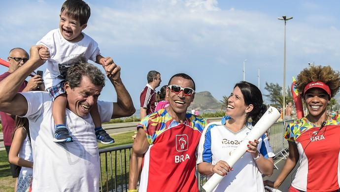 Gabriele Lomba revezamento tocha paralímpica (Foto: BRADESCO/Bruno Miani)