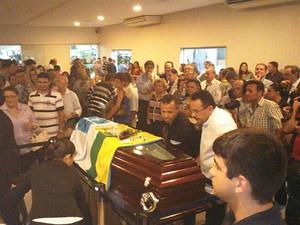 Centenas de pessoas acompanharam enterro do deputado estadual (Foto: Bessie Cavalcanti/Inter TV Cabugi)