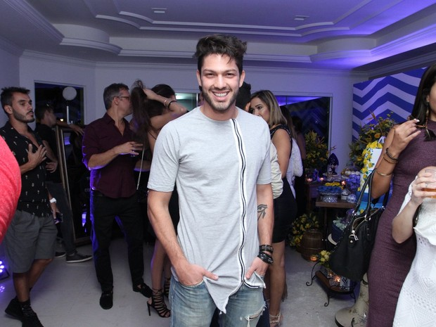 Ex-BBB Luiz Felipe em festa na Zona Oeste do Rio (Foto: Marcos Ferreira/ Brazil News)