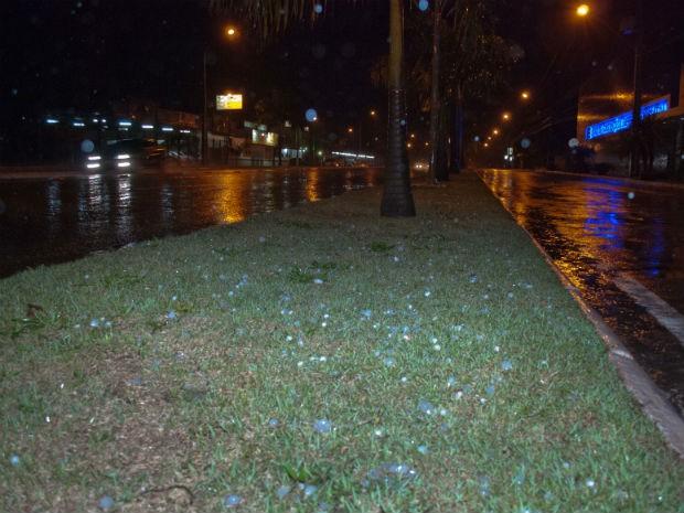 Chuva de granizo assustou os moradores da cidade  (Foto: Eder Cristiano / RPC TV )