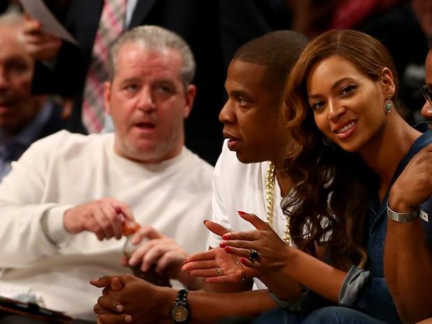 Beyoncé com um anel tampando a tatuagem, dois dias depois (Foto: AFP/ Agência)