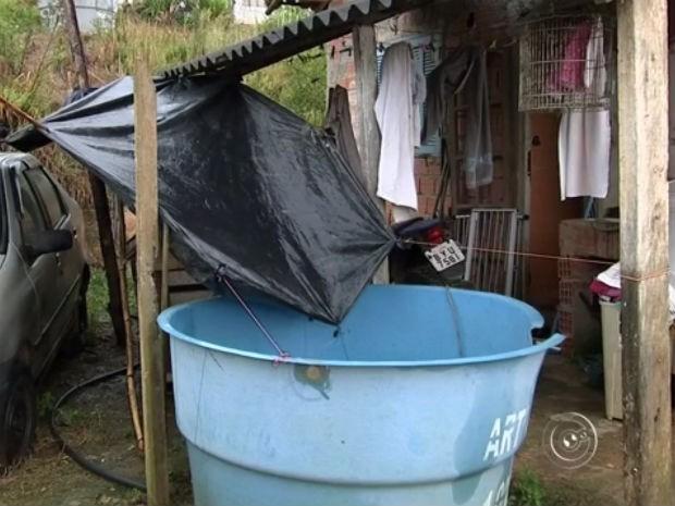 Famílias precisaram improvisar armazenando água da chuva (Foto: Reprodução/TV TEM)
