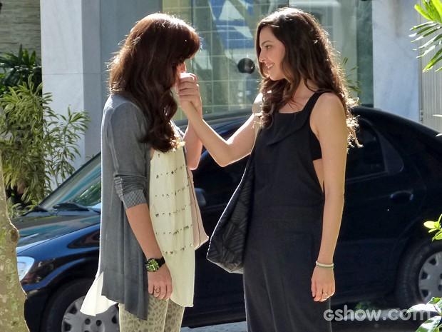 Clara demonstra carinho por Marina em público (Foto: Clara; Marina; Em Família)