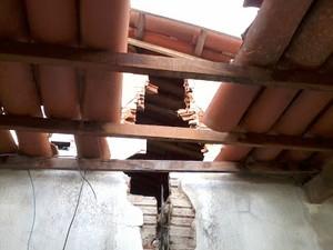 Parede externa da casa foi parcialmente destruída pelo raio em Taboleiro Grande (Foto:  Luiz carlos Magalhães/G1)