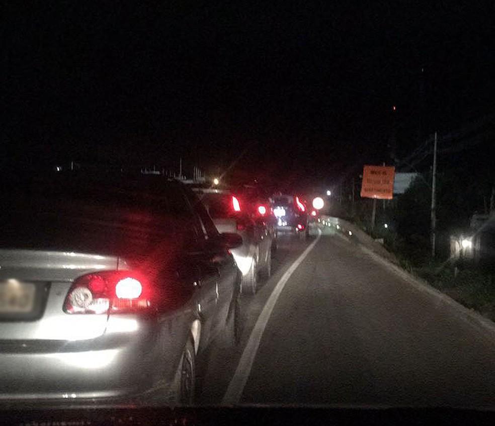 Acidente causou lentidão na Estrada do Coco na noite de terça-feira (11) (Foto: Victor Lacerda/ Arquivo Pessoal)