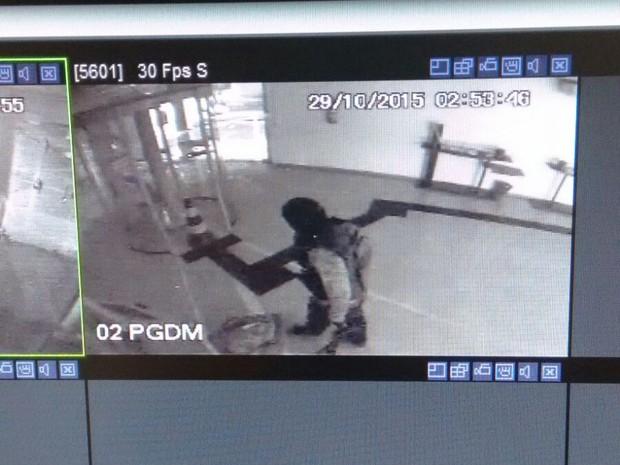 Imagens do cirucito interno da agência mostram o momento da ação  (Foto: Divulgação/Polícia Militar)