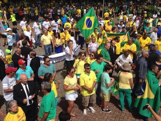 GOIÁS: Manifestantes protestam contra o governo Dilma na região central de Anápolis, em Goiás (Foto: Diego Matos/TV Anhanguera)