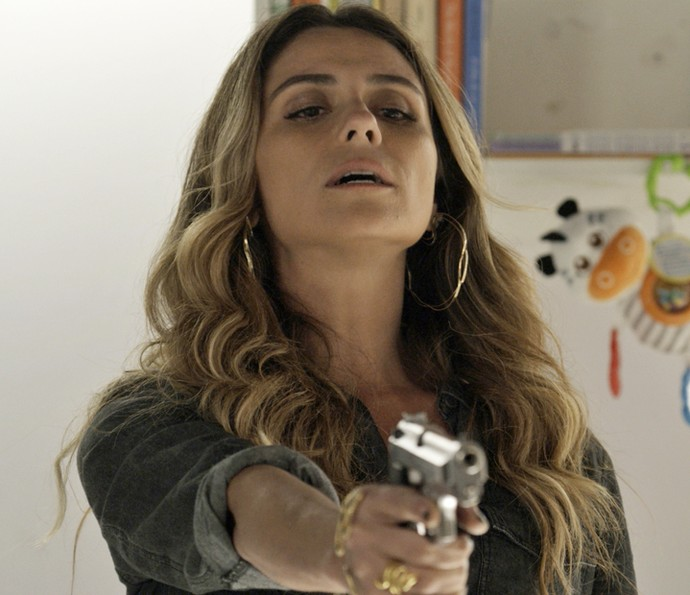 Atena aponta arma para Tóia (Foto: TV Globo)