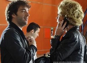 Fabinho dá de cara com Bárbara no laboratório e ela fica pasma (Foto: Sangue Bom / TV Globo)
