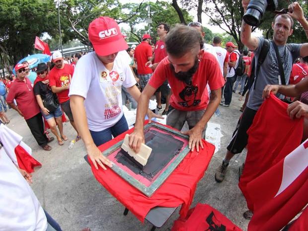 Camisas são pintadas na concentração da manifestação pró Dilma, na Praça do Derby, no Recife (Foto: Aldo Carneiro/Pernambuco Press)