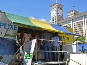 Projeto 'Caminhão do Peixe' vende pescado a preço popular (Foto: Michel Alvim/Prefeitura de Cuiabá)
