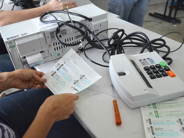 Urnas eletrônicas são testadas, lacradas e armazenadas em Sergipe (Foto: Marina Fontenele/G1 SE)