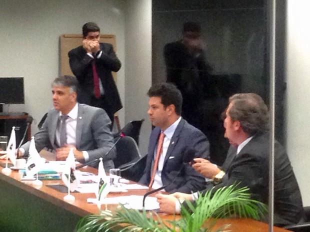 O líder do PMDB na Câmara, deputado Leonardo Picciani (ao centro), comanda reunião da bancada (Foto: Gustavo Garcia/G1)