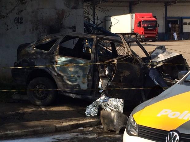 Polícia investiga se carro estava envolvido em racha em Santos, SP (Foto: Adriana Cutino / G1)