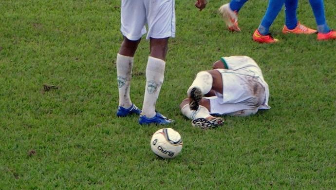 Rodrigo fraturou a perna no estádio Delfinão, em Guaraí (Foto: Paulo Júnior/TV Lobão)
