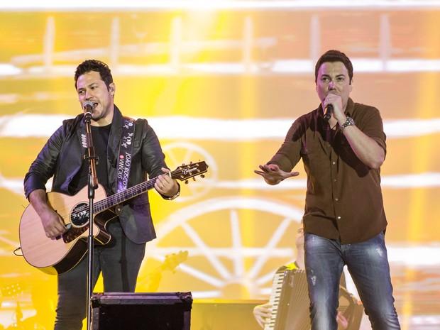 A dupla João Bosco e Vinicius abre a segunda noite de shows e agita o público em Barretos (Foto: Mateus Rigola/G1)