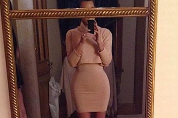 Kim Kardashian é conhecida por sua silhueta curvilínea... Então por que reduziu suas medidas com o Photoshop? Qual é a necessidade disso, Kim? (Foto: Reprodução/Instagram)